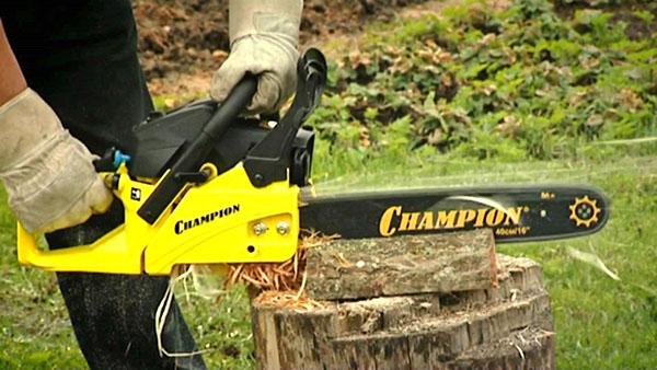 Бензопила Champion-241 в работе