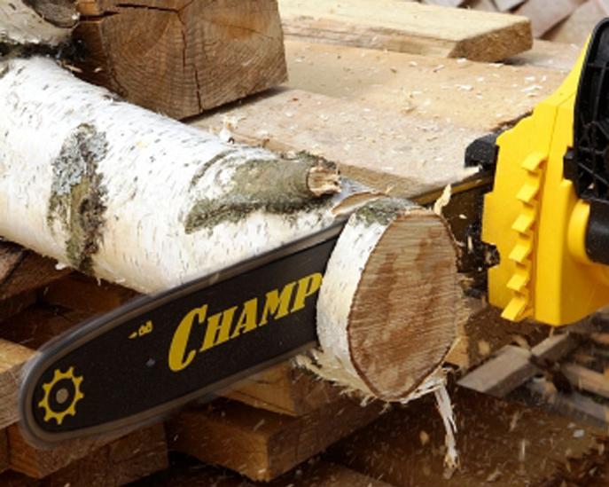 Электропила Champion-118-14 в работе